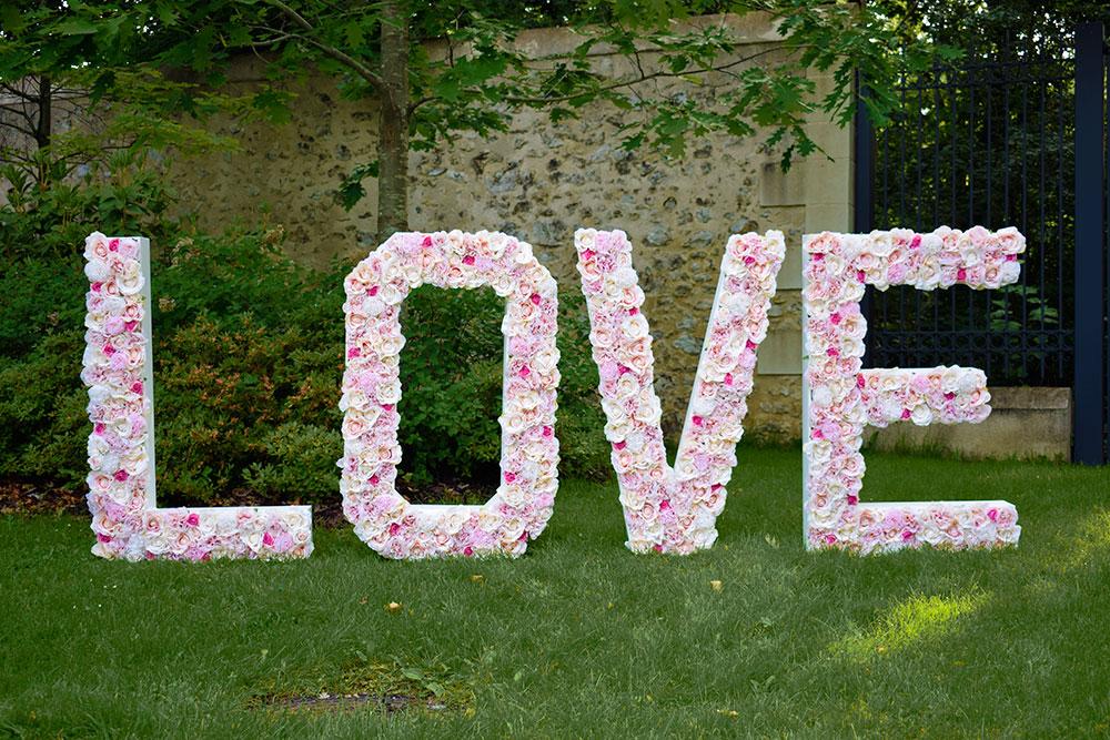 Lettres géantes LOVE fleurs mariage