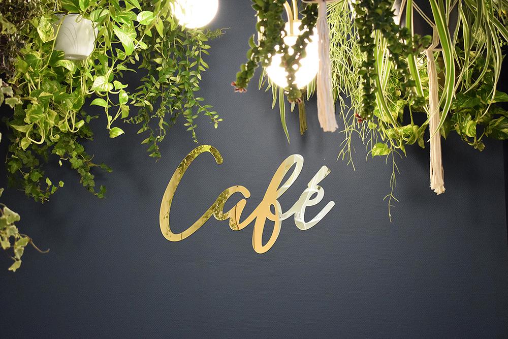 espace café plantes suspendues